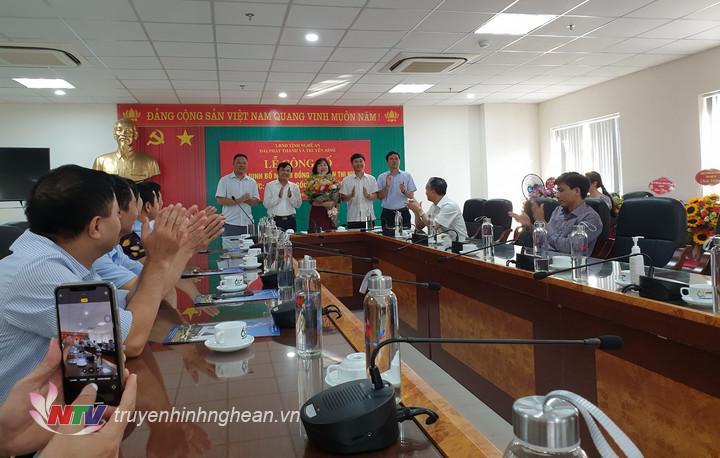 Lãnh đạo Đài PTTH Nghệ An tặng hoa chúc mừng đồng chí Trần Thị Huyền.