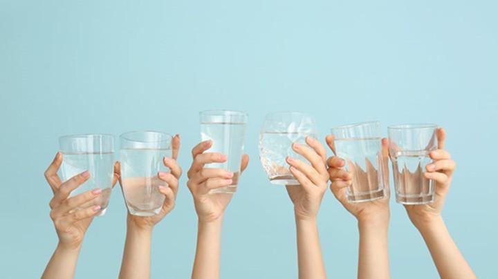 Đánh thức cơ thể bằng việc uống nước.