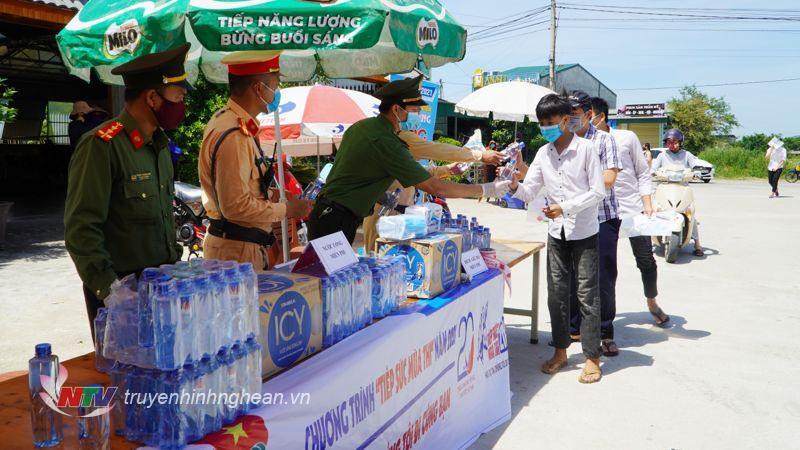 Chương trình tiếp sức mùa thi của Đoàn thanh niên Công an có nhiều hoạt động ý nghĩa như phát nước 500 chai nước và 500 khẩu trang cho thí sinh