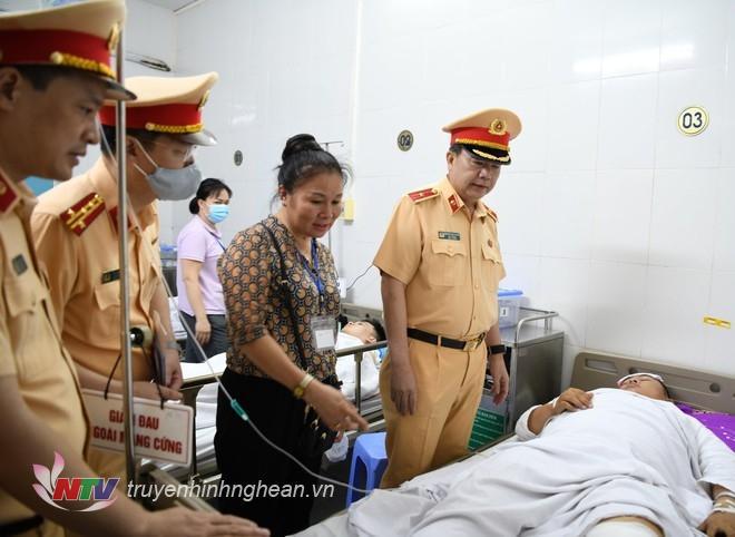 Sau khi sự việc xảy ra đồng chí Thiếu tướng Nguyễn Văn Trung, Cục trưởng Cục CSGT trực tiếp đến bệnh viện Việt Đức, TP Hà Nội động viên đồng chí Nguyễn Tuấn Anh, cán bộ Phòng CSGT Công an tỉnh Nghệ An (ảnh Cục CSGT).