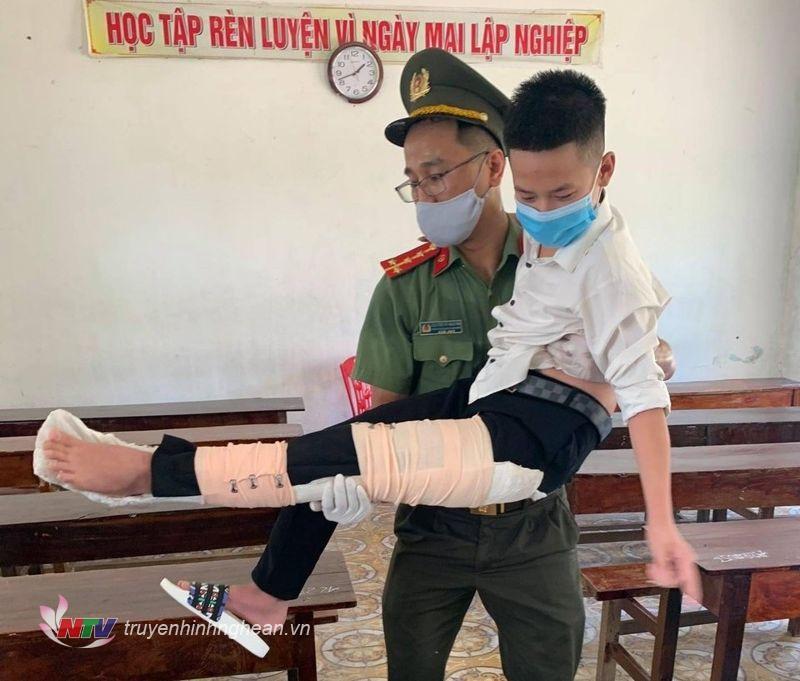 Lực lượng tình nguyện hỗ trợ thí sinh Nguyễn Văn Dũng, tại Hội đồng thi Phạm Hồng Thái (Hưng Nguyên) bị chấn thương di chuyển đến phòng thi.