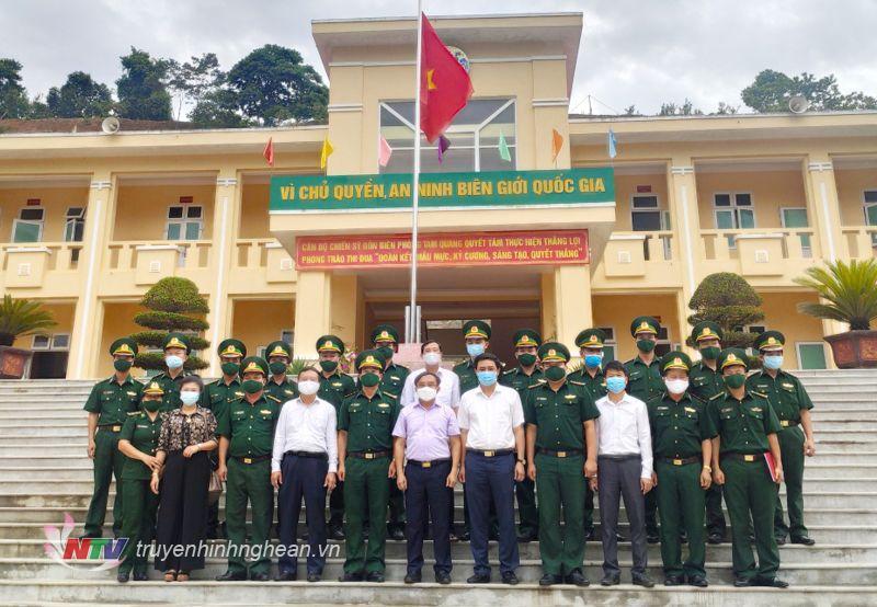 Đoàn công tác của Tỉnh Uỷ Nghệ An chụp ảnh lưu niệm cùng cán bộ chiến sỹ đồn biên Phòng Tam Quang huyện Tương Dương.