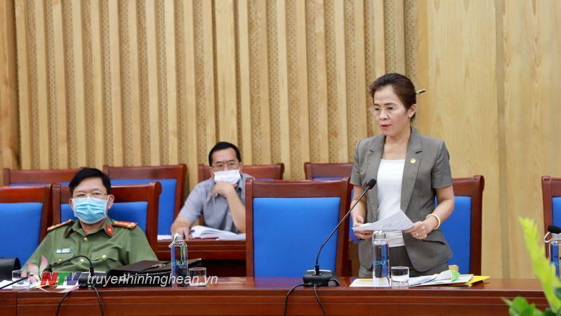 Chủ tịch Ủy ban MTTQ tỉnh Võ Thị Minh Sinh phát biểu tại cuộc họp.