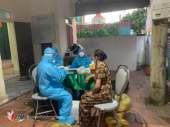 Việc lấy mẫu xét nghiệm nhằm sớm phát hiện các trường hợp nhiễm, nghi nhi