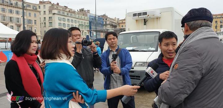 Nhóm làm phim Hành trình theo chân Bác tác nghiệp tại thành phố hải cảngMarseille.