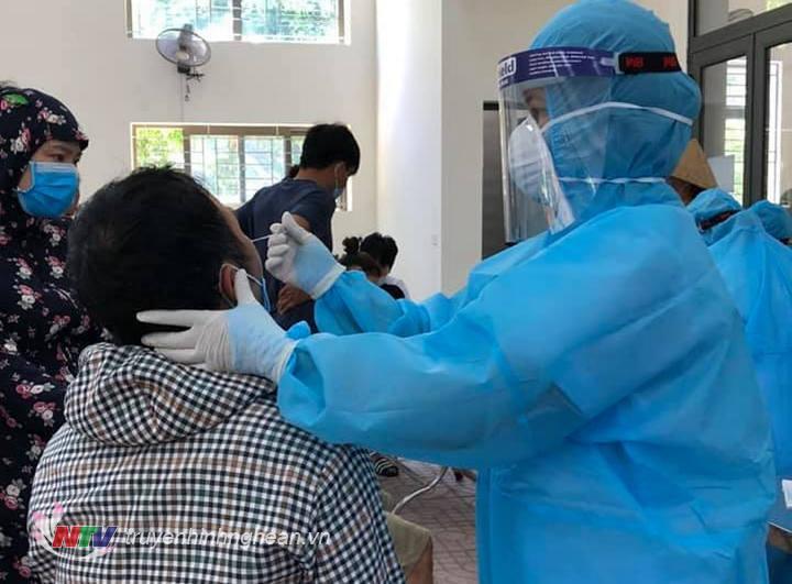 Nhân viên y tế lấy mẫu xét nghiệm cho người dân vùng phong tỏa Hà Huy Tập, TP Vinh.