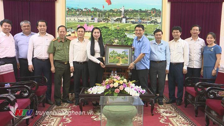 Bí thư Tỉnh ủy Nguyễn Đắc Vinh tặng quà lưu niệm cho đoàn công tác.