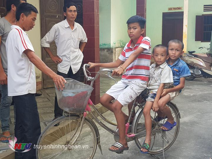 xe đạp là phương tiện các cháu tiếp tục di chuyển xuống huyện Diễn Châu.