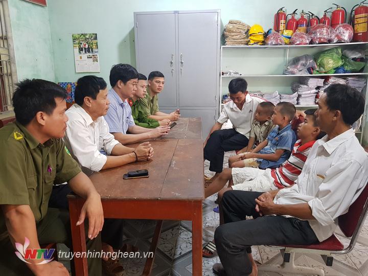 Công an huyện Diễn Châu, xã Diễn Kỷ và ban ngành cấp huyện làm thủ tục bàn giao 3 cháu về cho gia đình.