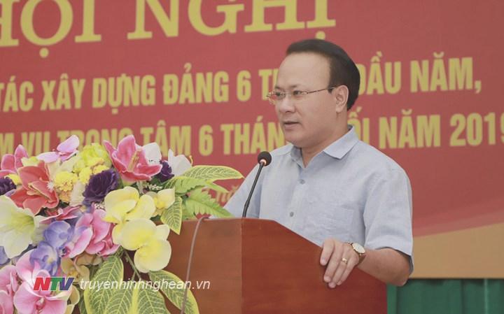 Đồng chí Nguyễn Nam Đình - Ủy viên Ban Thường vụ Tỉnh ủy, Bí thư Đảng ủy Khối Các cơ quan tỉnh phát biểu tại hội nghị.