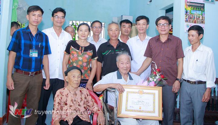 Bí thư Thị ủy Võ Văn Dũng trao huy hiệu 70 năm tuổi đảng cho đảng viên Nguyễn Thâm
