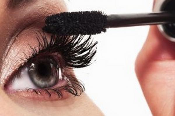 Chải lông mi bằng hóa chất, có thể gây ra nhiễm trùng mắt do hóa chất này rơi vào mắt