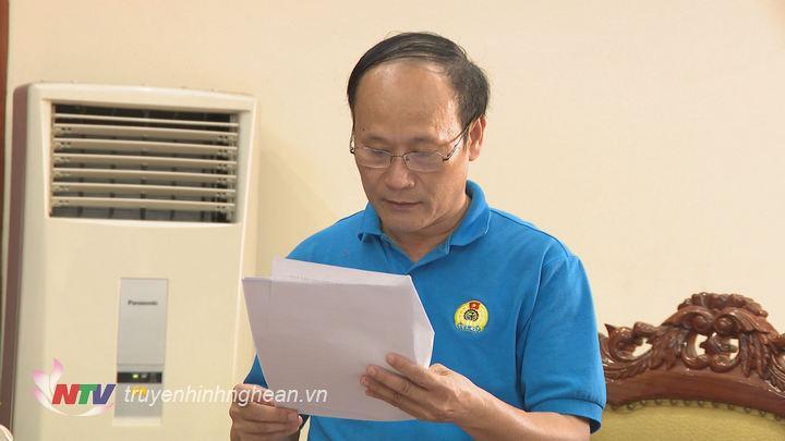 Lãnh đạo Liên đoàn lao động tỉnh báo cáo tại buổi làm việc.