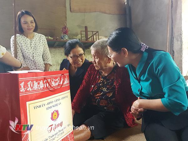 Đ/c Cao Thị Hiền - Ủy viên BTV Tỉnh ủy, Phó Chủ tịch HĐND tỉnh thăm và tặng quà Mẹ VNAH tại Thị xã Cửa Lò.
