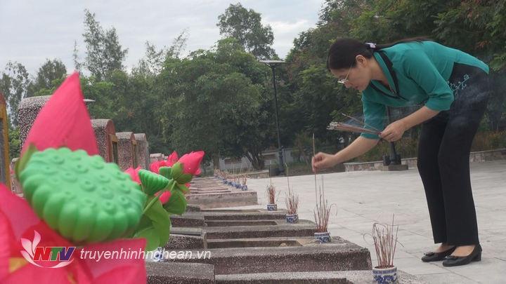 Đ/c Cao Thị Hiền thắp hương trước phần mộ các liệt sỹ.