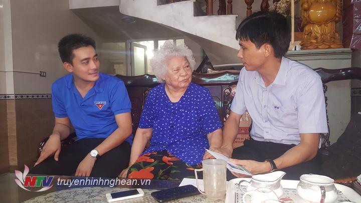 Đ/c Hoàng Quyền  - Phó Giám đốc Đài PT-TH Nghệ An trao quà cho mẹ VNAH Nguyễn Thị Kim Oanh