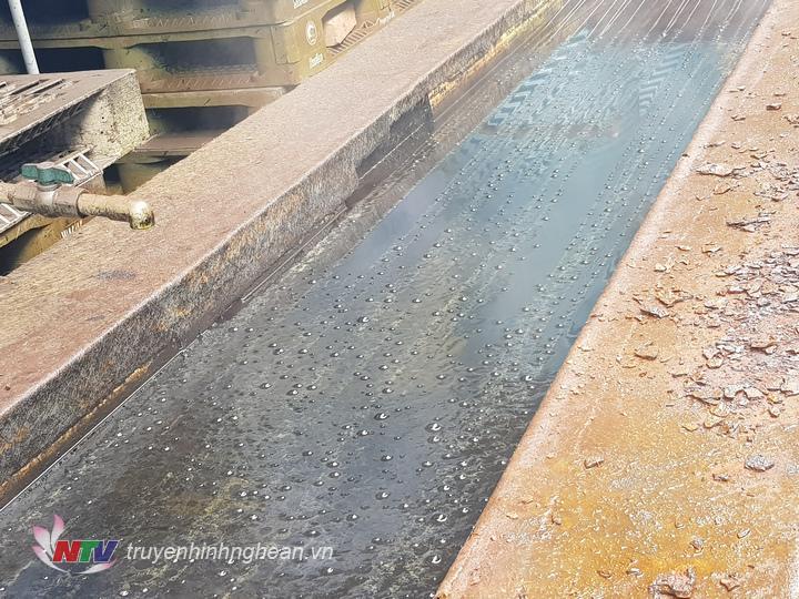 Những đường ống nhỏ nối với hệ thống mương chứa nước thải rò rỉ ra môi trường.