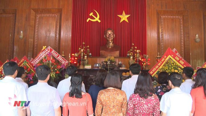 Các đại biểu dâng nén hương thơm trước anh linh Chủ tịch Hồ Chí Minh.