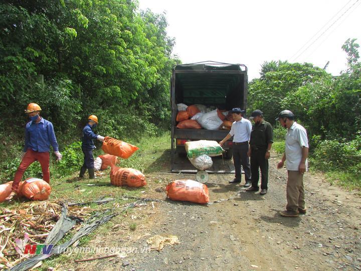 hơn 1 tân bao bì, lọ chai thuốc bảo vệ thực vật được thu gom vận chuyển lên xe, để đưa về địa điểm xử lý đúng quy trình, đảm bảo an toàn.