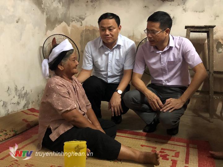 Phó Bí thư Thường trực Đàm Hữu Hồng chia sẻ với mất mát của gia đình anh Hòa.