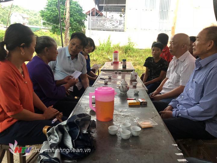 Ông Vũ Tuấn Dũng trao tiền hỗ trợ cho gia đình thuyền viên Trương Đắc Quý, sinh năm 1973 hiện vẫn đang mất tích.