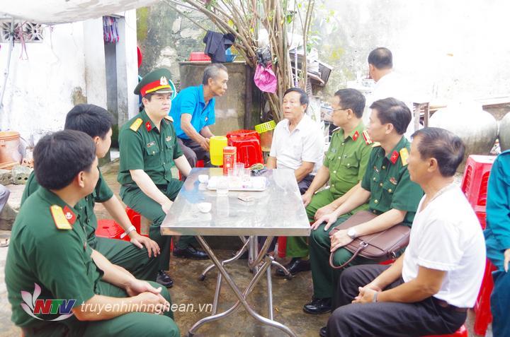 Thăm hỏi động viên các gia đình có thuyền viên mất tích trên biển tại xã Tiến Thủy.
