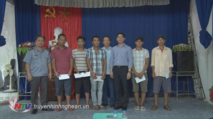 Trao tiền hỗ trợ