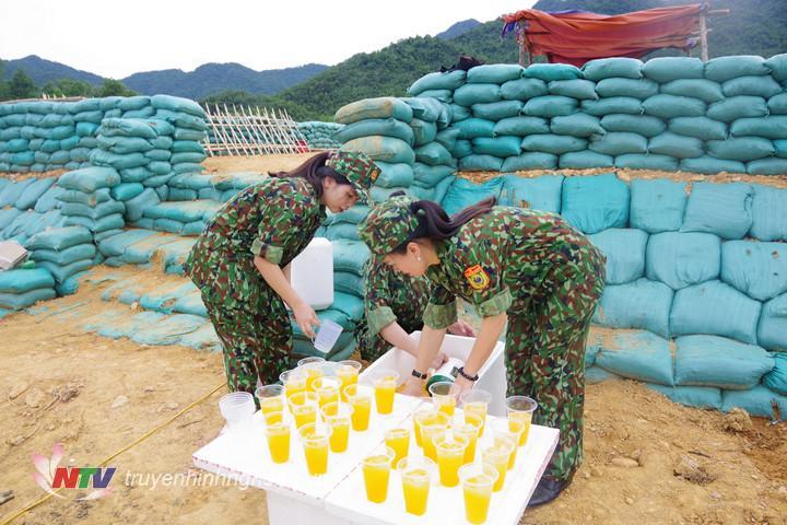 """Chị em phụ nữ BĐBP Nghệ An chuẩn bị nước mát để tiếp thêm """"sinh lực"""" cho CBCS ngay tại thao trường."""