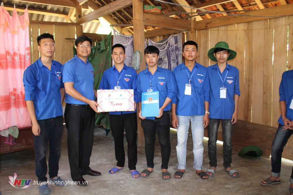 Trao quà cho Đội tình nguyện đại học SPKT Vinh.