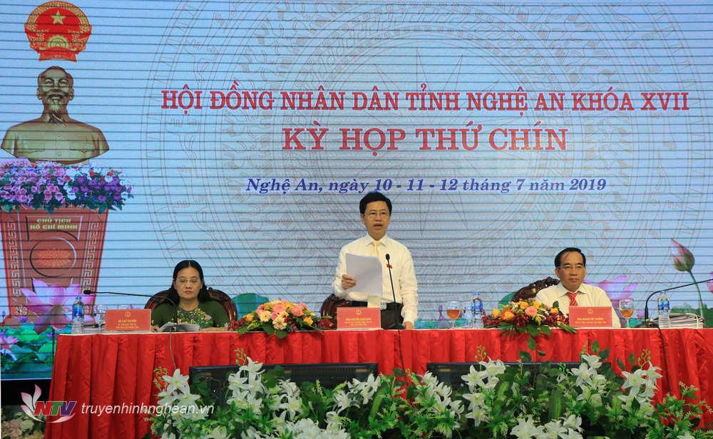 Chủ tịch HĐND tỉnh Nguyễn Xuân Sơn điều hành nội dung công tác nhân sự thuộc thẩm quyền tại kỳ họp.