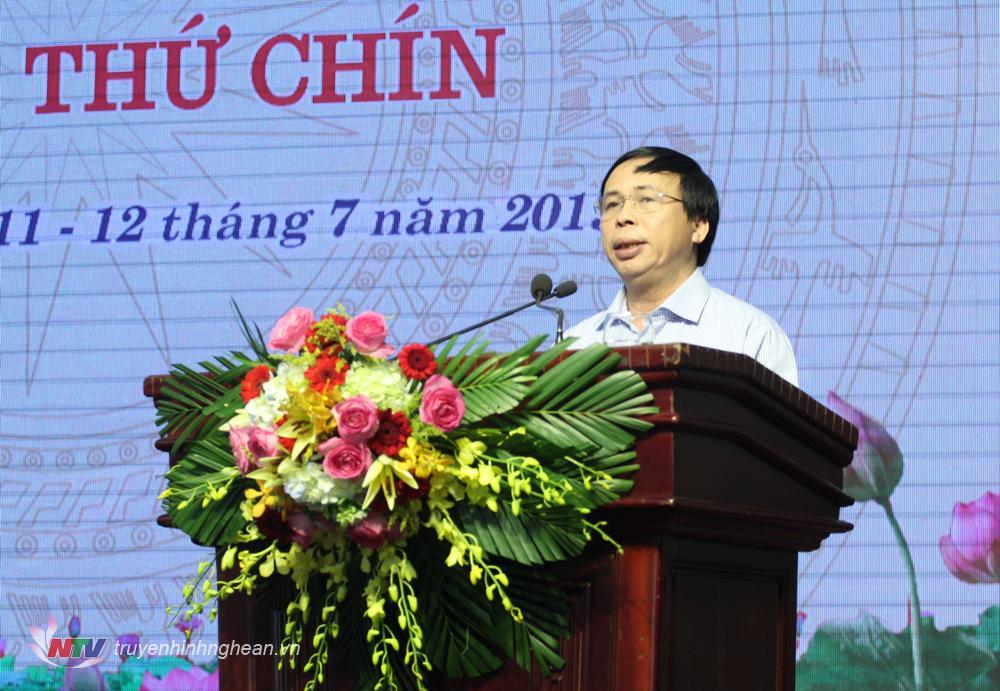 Ông Phạm Văn Hóa đọc tờ trình cho thôi làm nhiệm vụ đại biểu HĐND tỉnh đối với ông Nguyễn Công Lực và bà Phạm Thanh Thủy.