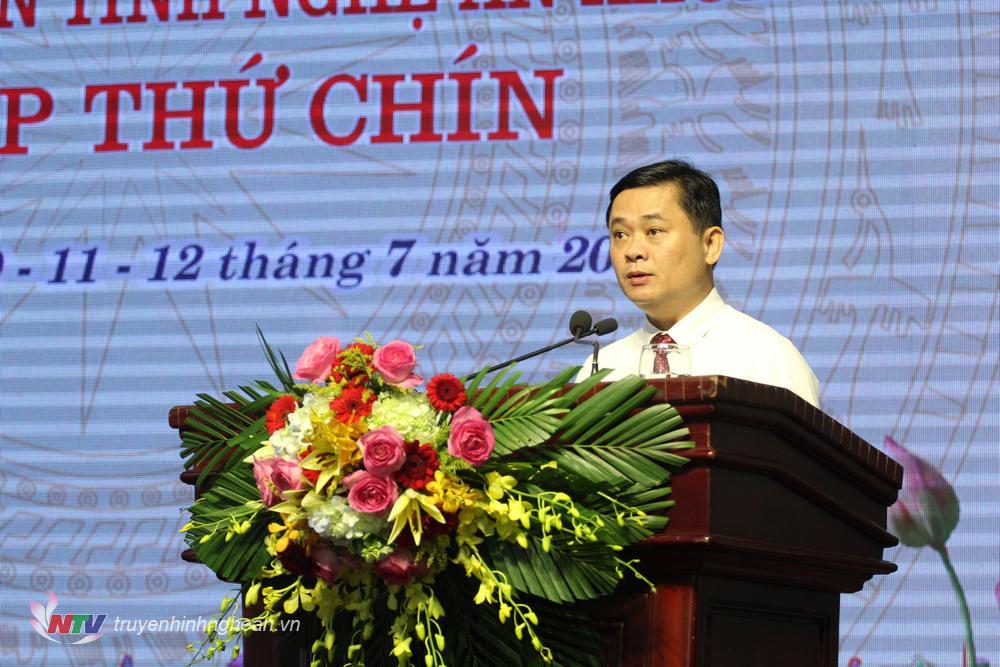 Chủ tịch UBND tỉnh Thái Thanh Quý đọc tờ trình về việc bầu bổ sung Ủy viên UBND tỉnh, nhiệm kỳ 2016 - 2021.
