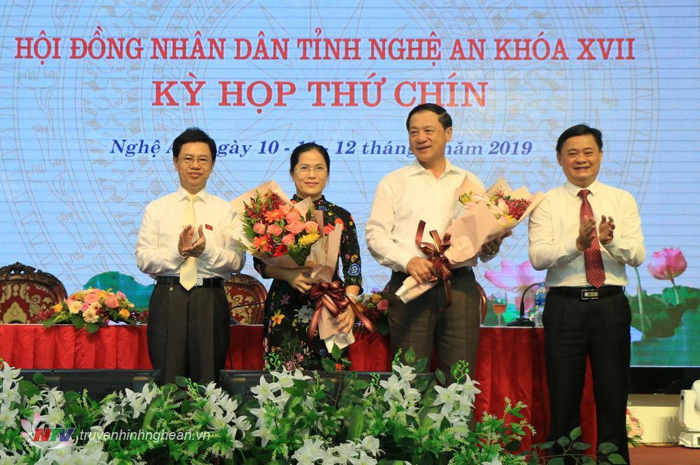 Chủ tịch HĐND tỉnh Nguyễn Xuân Sơn và Chủ tịch UBND tỉnh Thái Thanh Quýtặng hoa và cảm ơn sự đóng góp của các ông, bàtrong thời gian giữ chức vụ.
