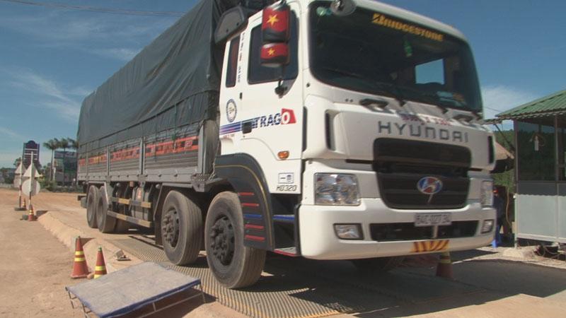 Kiểm tra trọng lượng xe tải ở Trạm cân tải trọng số 15. (Tư liệu)