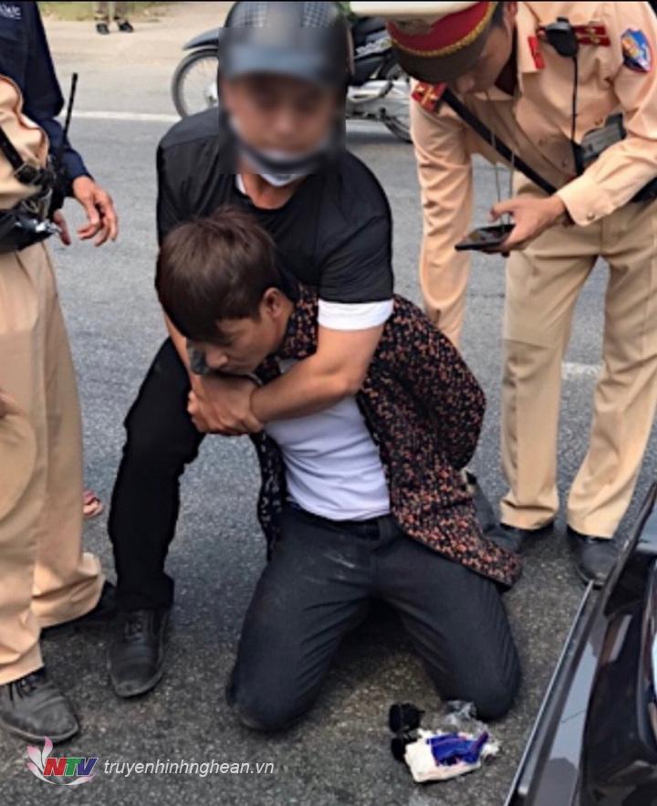 Cảnh sát giao thông mặc thường phục lao vào quật ngã đối tượng.