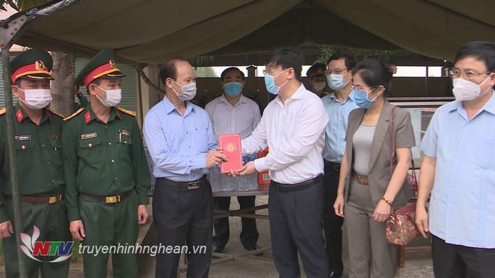Tặng quà động viên địa phương và lực lượng làm nhiệm vụ tại Hưng Nguyên.