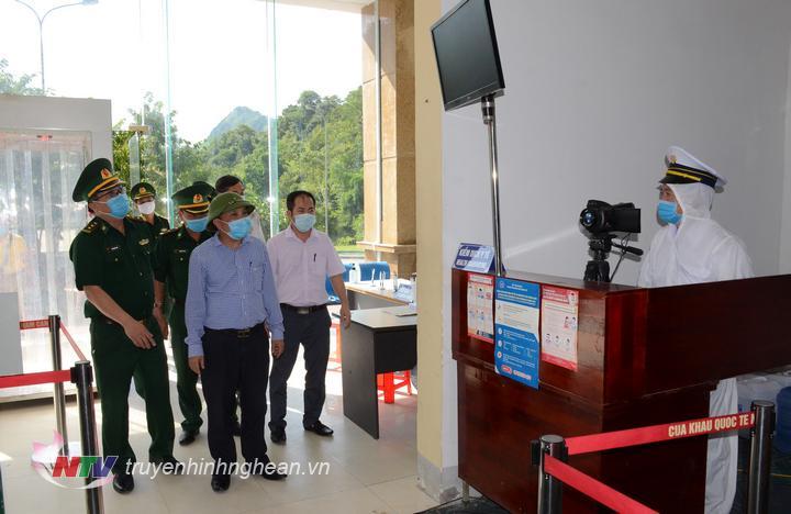 Ban chỉ đạo PCD Covid-19 tỉnh Nghệ An thăm, tặng quà các chốt phòng dịch khu vực biên giới