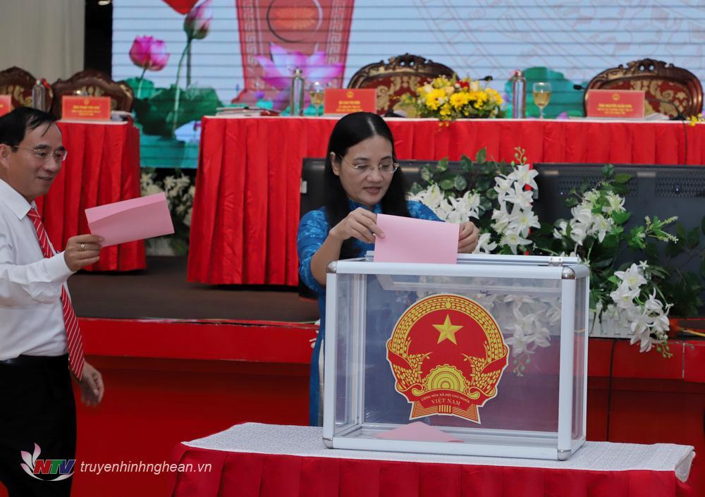 Các đại biểu bỏ phiếu bầu bổ sung Ủy viên UBND tỉnh nhiệm kỳ 2016 – 2021