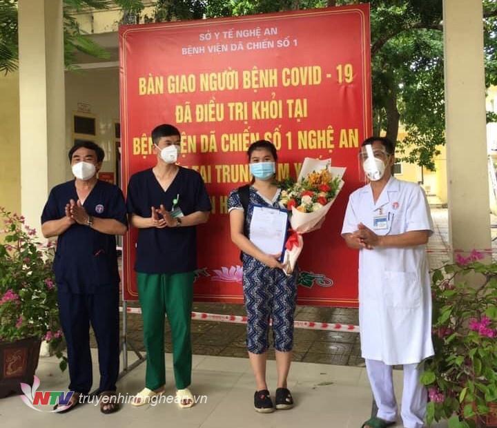 bệnh nhân đầu tiên ở bệnh viện dã chiến ra viện.