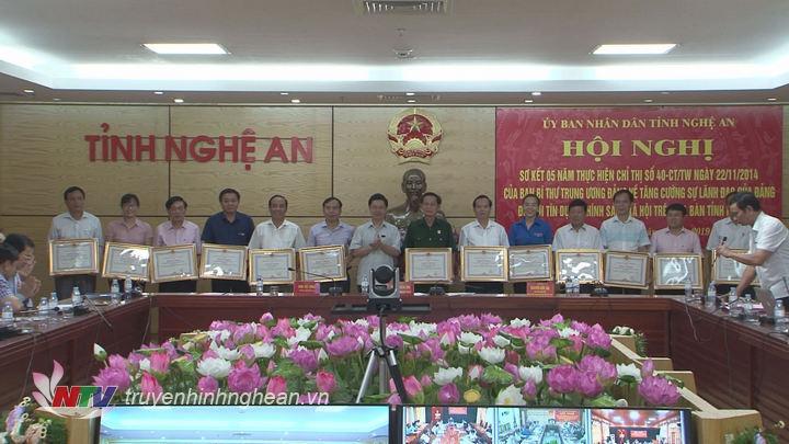 Phó chủ tịch UBND tỉnh trao Bằng khen của UBND tỉnh cho các cá nhân có thành tích xuất sắc trong thực hiện Chỉ thị 40 của Ban Bí thư.