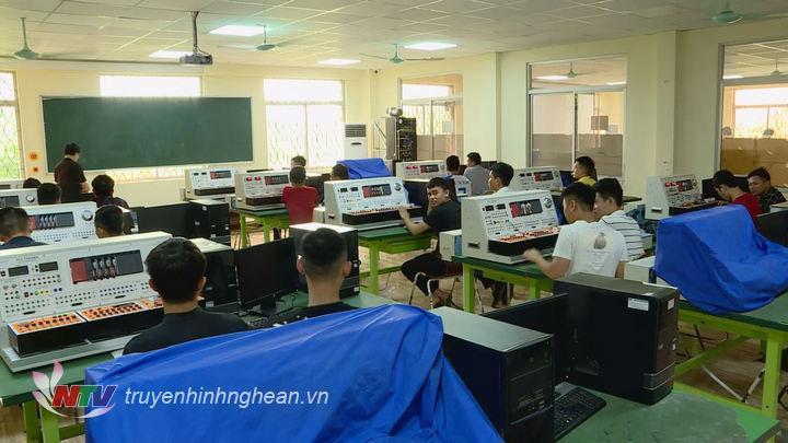 Học nghề tại trường Cao đẳng Kỹ thuật – Công nghiệp Việt Nam – Hàn Quốc.