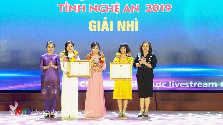 Lãnh đạo tỉnh trao 2 giải Nhì cho các nhóm tác giả.