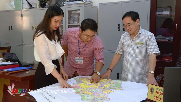Cán bộ Sở Tài nguyên và Môi trường trao đổi nghiệp vụ về quản lý đất đai.