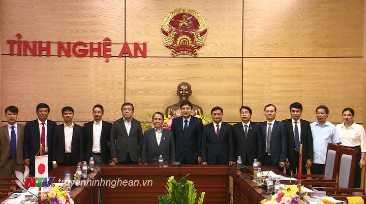 Các đồng chí lãnh đạo tỉnh chụp ảnh lưu niệm cùng đoàn