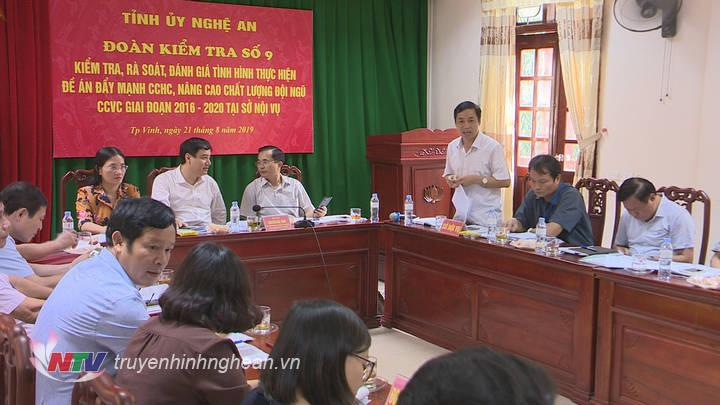 Phó Giám đốc Phụ trách Sở Nội vụ Lê Đình Lý làm rõ những vấn đề đoàn công tác quan tâm.
