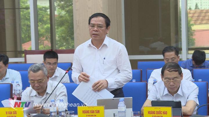 Giám đốc Sở Công Thương Hoàng Văn Tám báo cáo về giải pháp tháo gỡ khó khăn cho tăng trưởng doanh nghiệp.