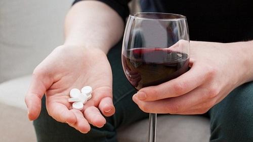 Uống thuốc cùng rượu sẽ làm tăng độc tính của thuốc.