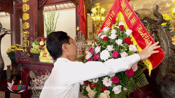 Phó Bí thư Tỉnh ủy, Chủ tịch HĐND tỉnh Nguyễn Xuân Sơn dâng hoa tưởng niệm Tổng Bí thư Lê Hồng Phong.