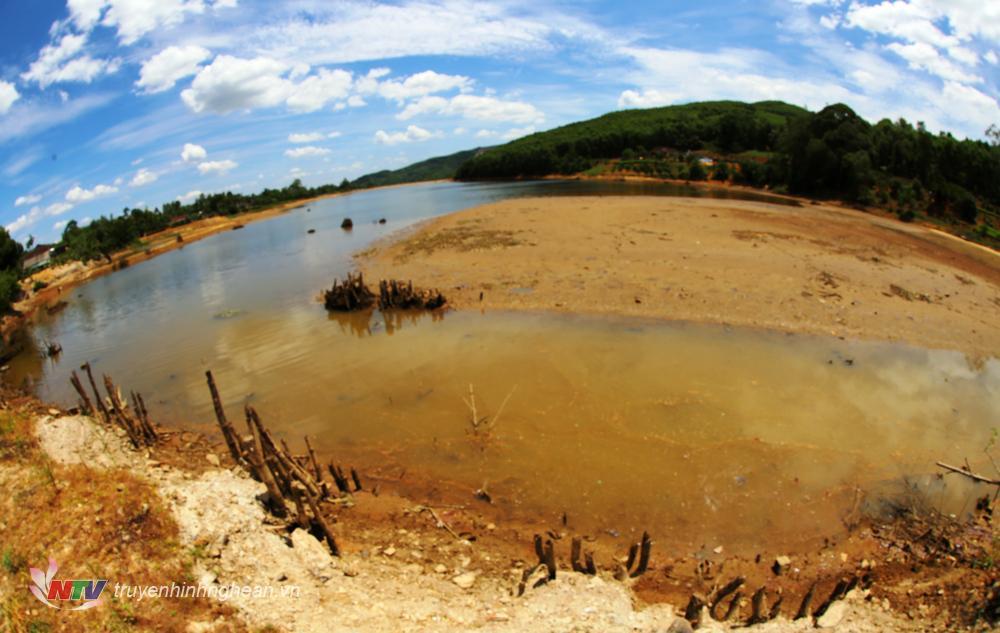 Hạn hán làm nhiều hồ đập ở Nghệ An khô cạn.