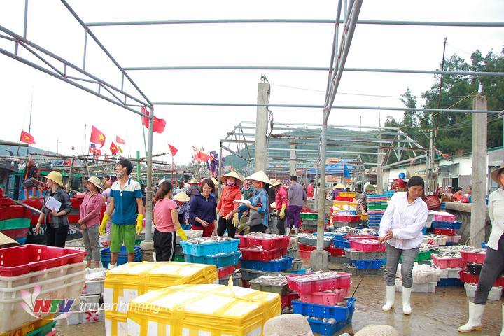 Trên bến cá, cảnh mua bán hải sản diễn ra tấp nập.